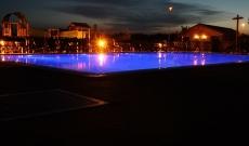 Venkovní bazén v noci